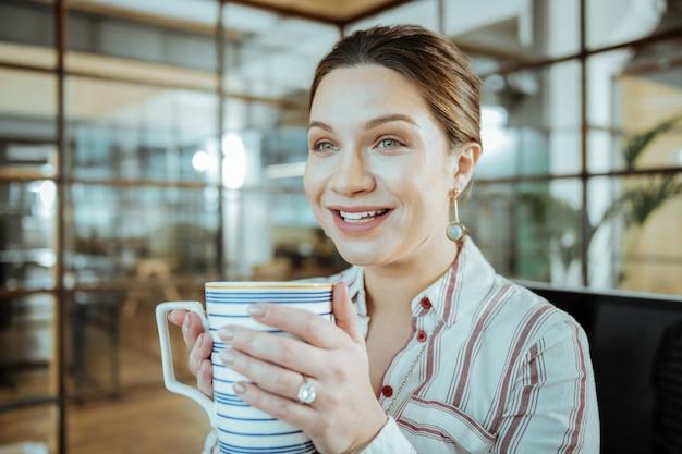 Zufrieden und aufgeregt. fröhliche schöne geschäftsfrau, die sich nach erfolgreichem projekt zufrieden und aufgeregt fühlt feeling