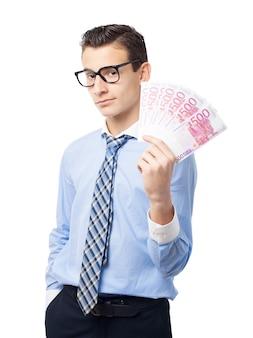 Zufriedene arbeiter mit der hand voll von banknoten