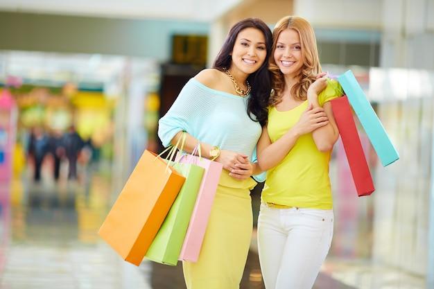 Zufriedene freunden nach einem shopping-tag