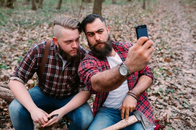 Zufriedene hipster, die selfie nehmen