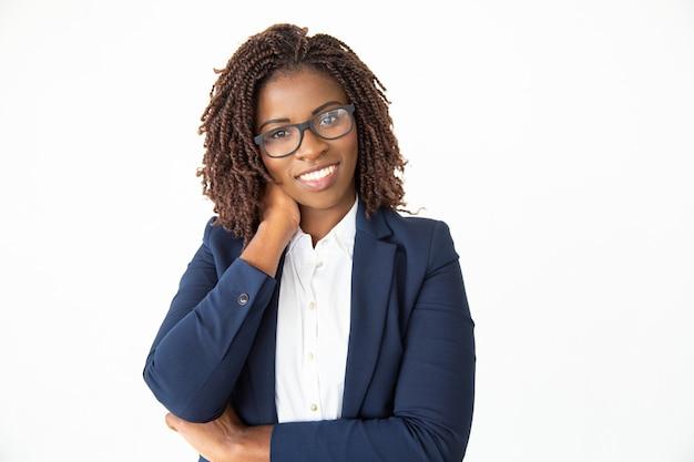 Zufriedene junge geschäftsfrau in den brillen