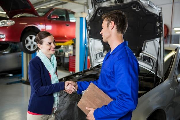 Zufriedene kunden hände mit mechanischem schütteln