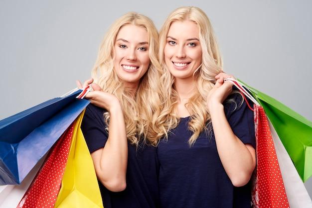 Zufriedene mädchen mit einkaufstüten
