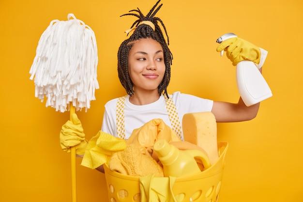Zufriedene putzfrau hält reinigungsmittel im handwischer