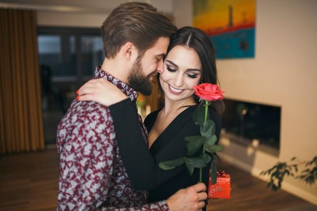 Zufriedene romantische feiernde paare