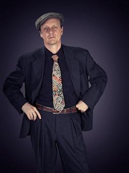 Zufriedener älterer mann in einem anzug