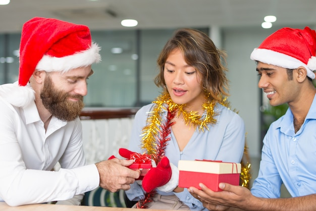Zufriedener chef im sankt-hut, der geschenke gibt