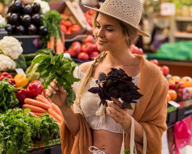 Zufriedener kunde, der köstliches gemüse für mahlzeiten kauft