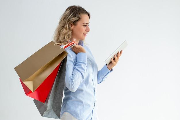 Zufriedener weiblicher käufer, der cashback überprüft