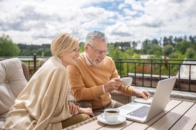 Zufriedenes ehepaar konzentriert sich auf das surfen im netz