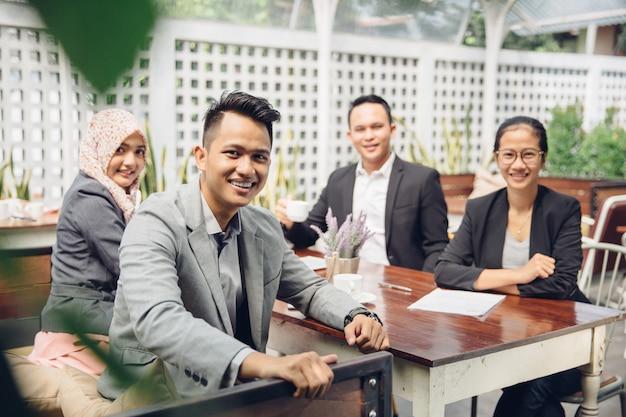 Zufriedenes stolzes business-team