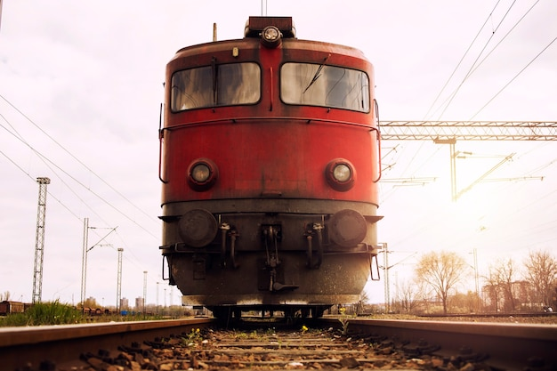 Zug auf gleisen bei sonnenuntergang