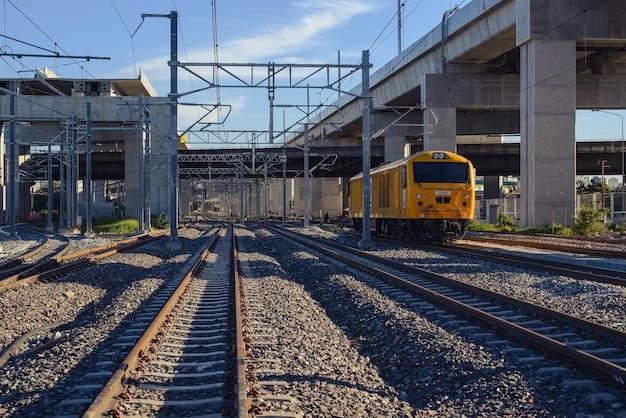 Zug fährt parallel zu den gleisen