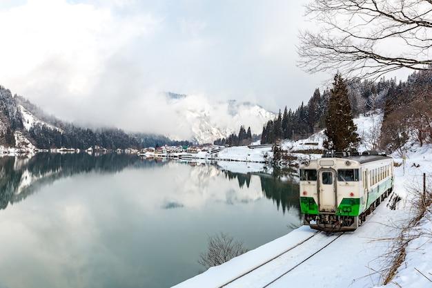 Zug im winter landschaftsschnee