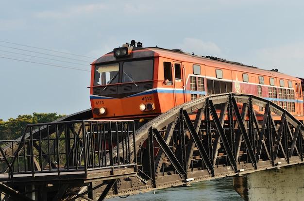 Zug lief auf der brücke über den fluss kwai