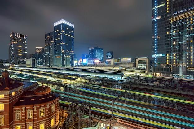Zug-trasportation-szene von tokyo-bahnhof von der terrasse in der twilight zeit