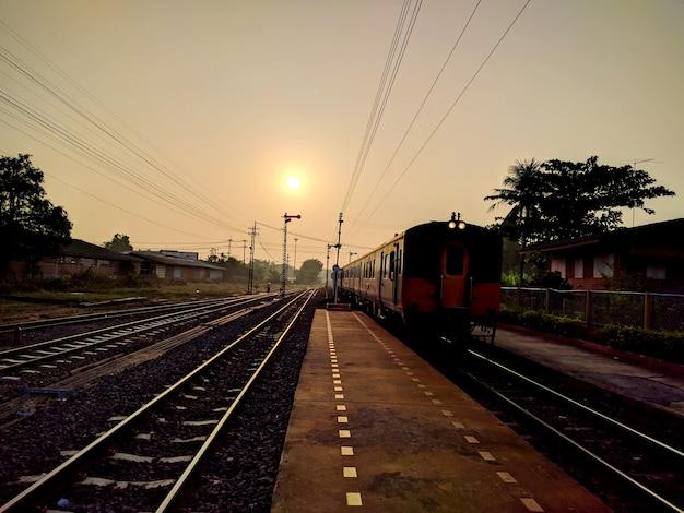 Zug und bahnhof bei sonnenuntergang