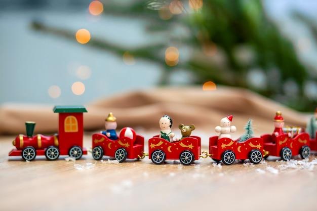 Zug und weihnachtsdekoration