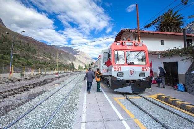 Zug zwischen cuzco und machu picchu in peru