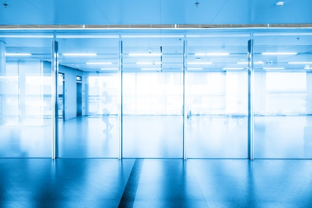 Zugang zum flughafenterminal und glasfenster
