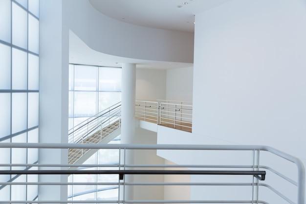 Zugangstreppe mit metallhandläufen