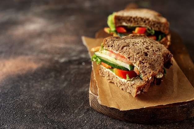 Zugebereitete vegane sandwiches auf dunklem rustikalem hintergrund