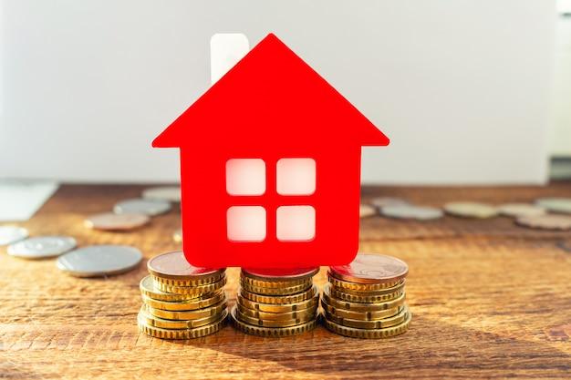 Zuhause auf den gesetzten münzen. immobilienkonzept.