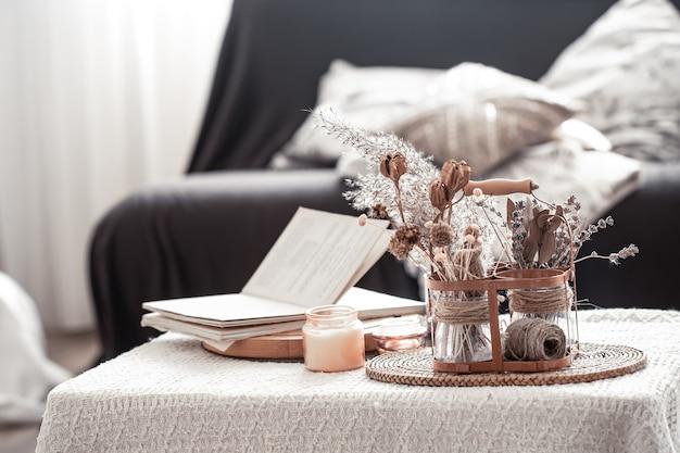 Zuhause gemütliches stillleben mit schwarzem sofa und dekor im wohnzimmer.