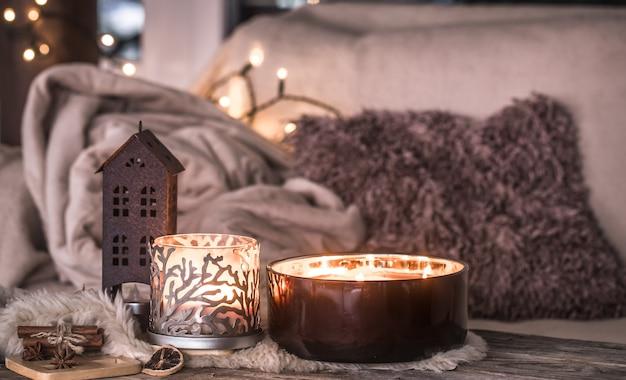 Zuhause stillleben im innenraum mit schönen kerzen, an der wand einer gemütlichen wohnkultur