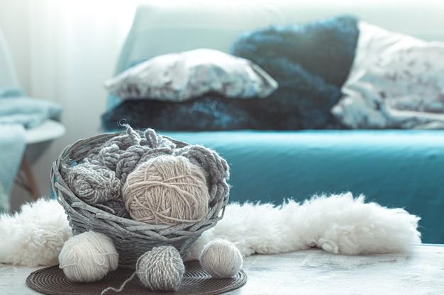 Zuhause stillleben im wohnzimmer mit strickfäden.