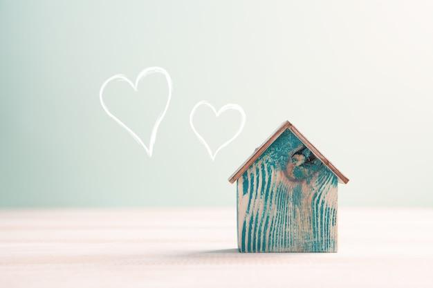 Zuhause süßes zuhause, hausholz mit herzform