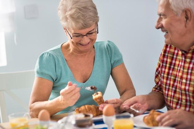 Zum frühstück werden köstliche croissants serviert