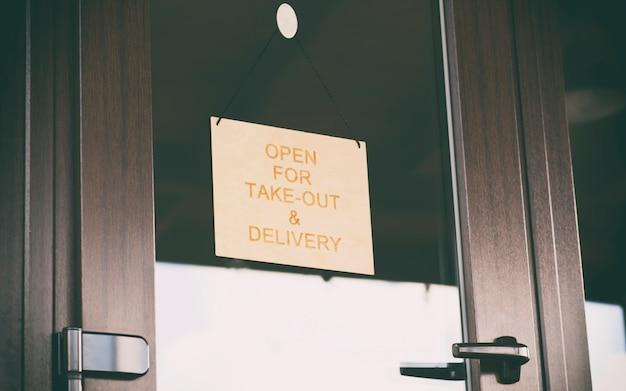 Zum mitnehmen und ausliefern an der tür im café geöffnet
