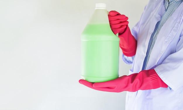 Zum reinigen des bodens staub mit flüssigkeit abfüllen, zum reinigen des bodens mit desinfektionslösung für wischmopp