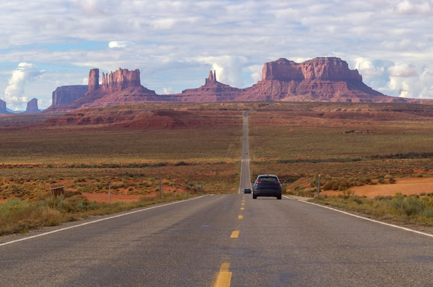 Zum stammes- park des monument-valley-navajos fahren, arizona, usa