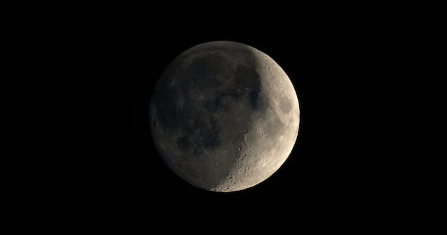 Zunehmende mondsichel mit teleskop gesehen