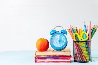 Zurück zu Schule Konzept. Schulbüroartikel auf weißem hölzernem Hintergrund.