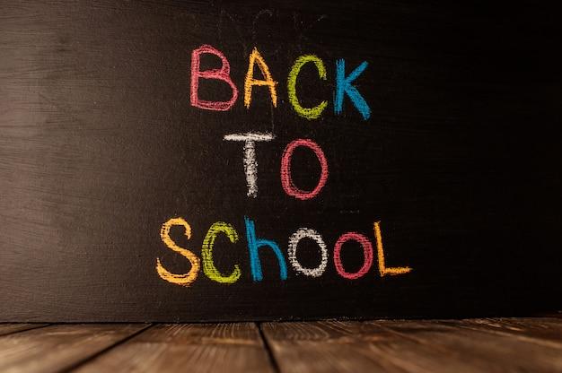 Zurück in die schule auf tafel geschrieben