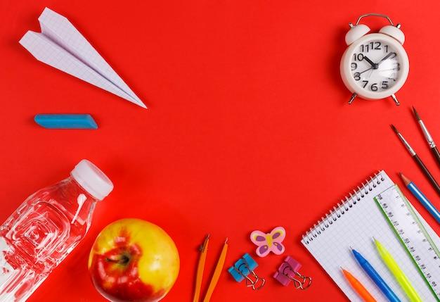 Zurück in die schule, lernen, ausruhen, essen, stundenplan, schule, schulmaterial, roter hintergrund, papierflugzeug, wasserflasche, apfel