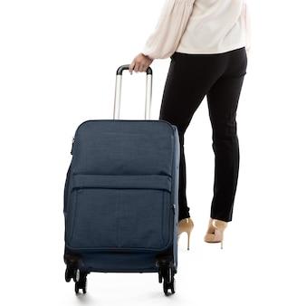 Zurück von geschäftsfrau, die in eine reise geht und gepäck trägt
