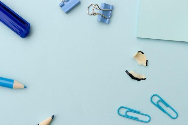Zurück zu schule oder büro redete konzept, rahmen mit blauem schulbedarf auf blauem hintergrund an