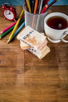 Zurück zu schulkonzept kreative schulsandwiche zum frühstück oder mittagessen, mit käse und schinken