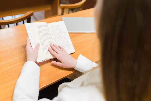 Zurück zu schulkonzept mit abschluss oben der frau, die in der bibliothek studiert