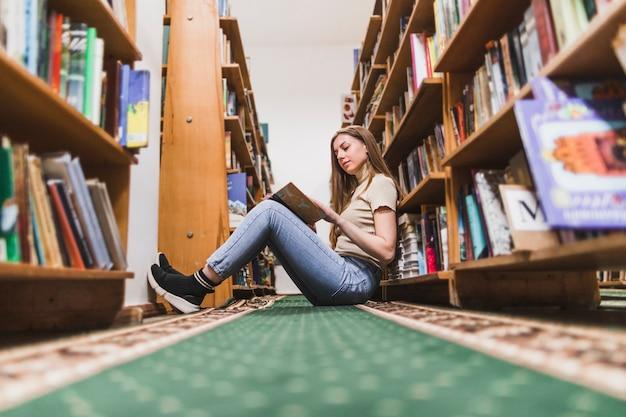 Zurück zu schulkonzept mit der frau, die in der bibliothek studiert