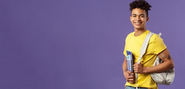 Zurück zu schuluniversitätskonzeptporträt eines gutaussehenden, charismatischen hispanischen studenten, der zu c ...