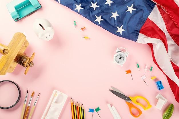 Zurück zum schul- oder college-konzept draufsicht auf schulmaterial und amerikanische flagge