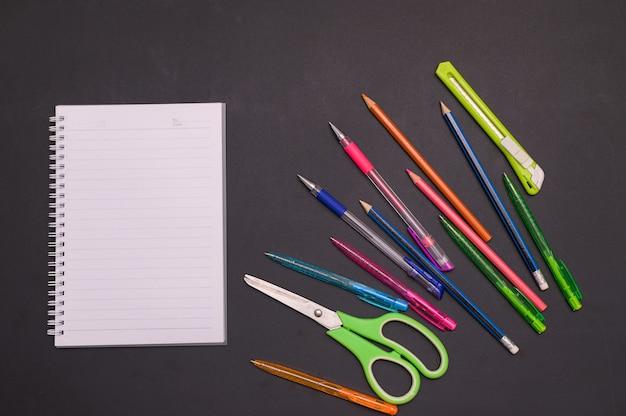 Zurück zum schul- und bildungskonzept notizbuch und schreibwaren