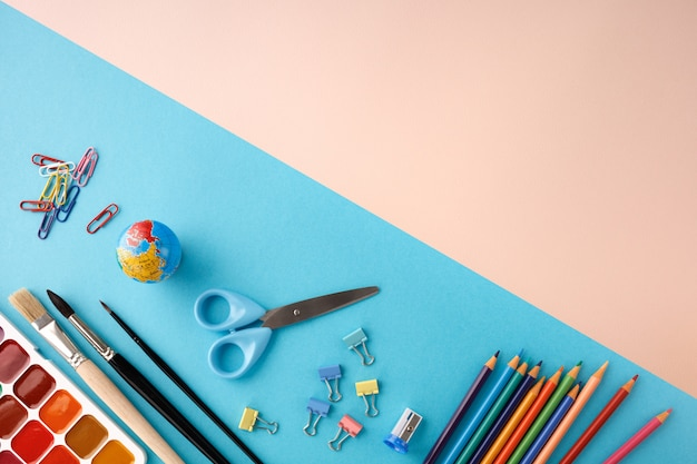 Zurück zum schulkonzept auf blauem und rosa texturpapierhintergrund.