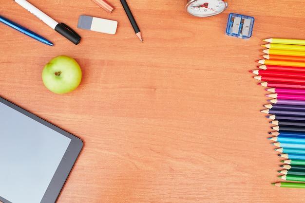 Zurück zum schulkonzept, briefpapier auf schreibtisch und tablet, universität, hochschule, flaches laien, kopierraum