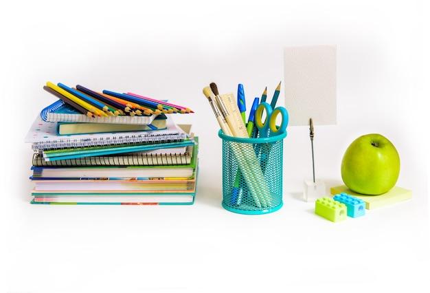 Zurück zum schulkonzept. notizbuchstapel und schulstifte. zubehör für schüler- und studentenstudien.